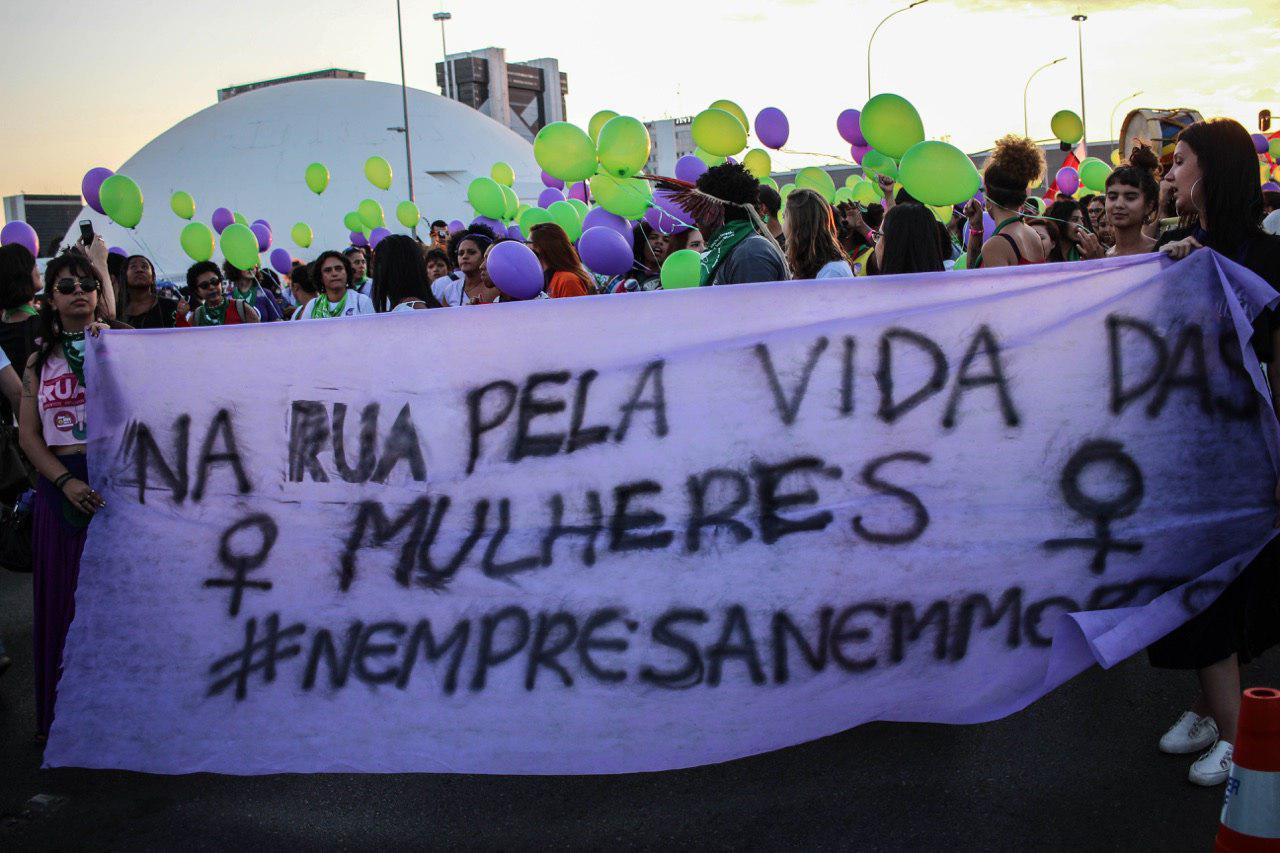 Na luta pela descriminalização do aborto, mulheres colorem o centro de Brasília de verde e roxo