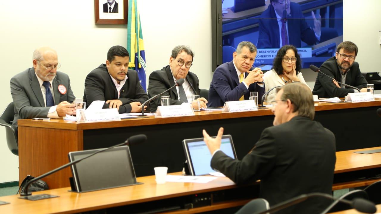 Parlamentares e especialistas defendem regulamentação de jornalistas e radialistas